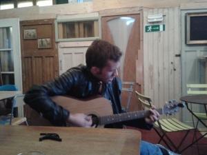 Een man en zijn gitaar.