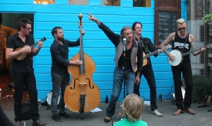 Boer Stef and the Preacher Men spelen vuile bluegrass