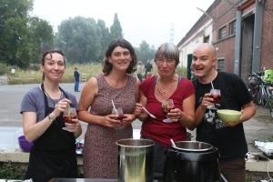Het eetteam geniet van een welverdiende (en verse!) sangria