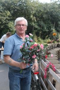 Willy zet de bloemetjes buiten